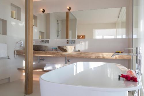 Een badkamer bij Noordzee, Hotel & Spa