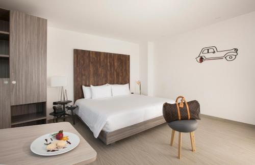 A bed or beds in a room at Viaggio Medellín Grand Select