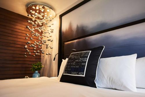 A bed or beds in a room at Motif Seattle, a Destination by Hyatt Hotel