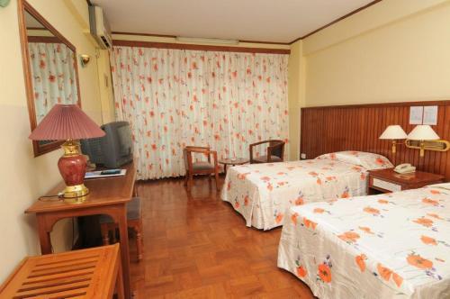 เตียงในห้องที่ Panda Hotel