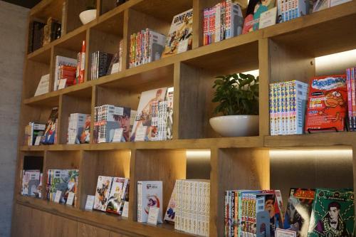 De bibliotheek in het capsulehotel