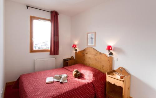 A bed or beds in a room at Résidence Odalys Rochebrune