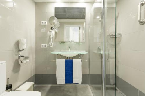 Een badkamer bij HSM Lago Park Apartments