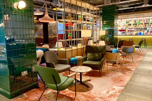 The lounge or bar area at Novotel York Centre