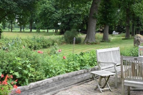 A garden outside De Hiddinghhoeve