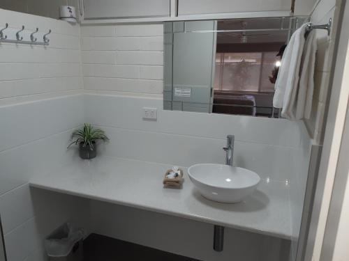 A bathroom at Vineland Motel Mildura