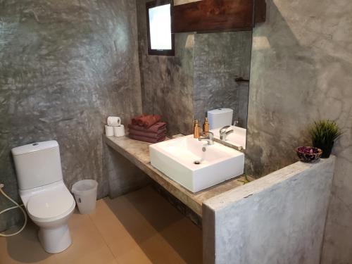 A bathroom at Baan Manali Resort