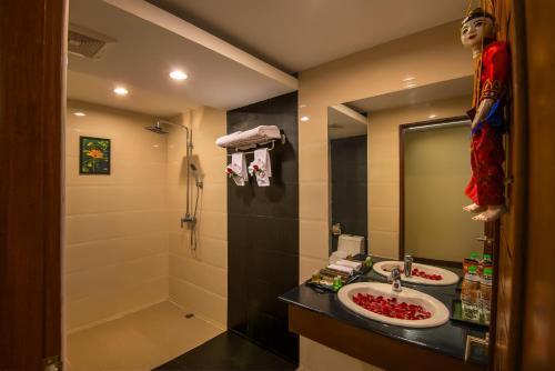 A bathroom at Royal Bagan Hotel