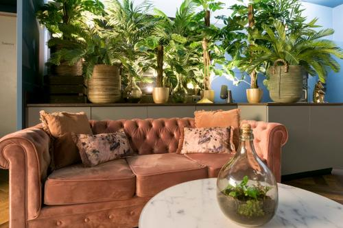 A seating area at Savoy Hotel Amsterdam