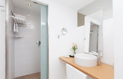 A bathroom at URH - Hotel Molí del Mig