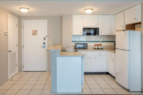 A kitchen or kitchenette at Enclave Suites, a staySky Hotel & Resort Near Universal