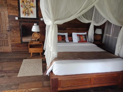 Een bed of bedden in een kamer bij Ubud Sawah Villa, Cinery and Homestay