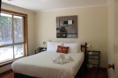 A bed or beds in a room at Australian Home Away @ Doncaster Anderson Creek 2