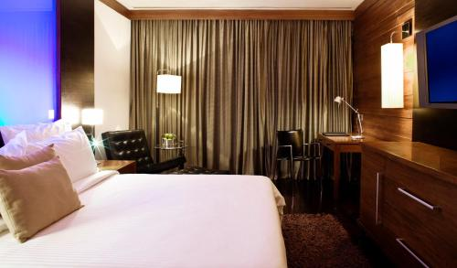A bed or beds in a room at Le Meridien New Delhi