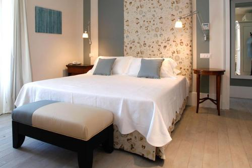A bed or beds in a room at Hotel Arancioamaro