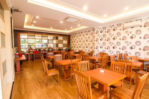 A restaurant or other place to eat at Blitz Hotel Batam Centre