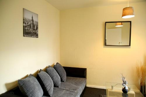 A seating area at Central Luton Cozy Home