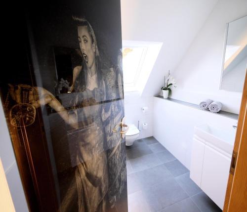 A bathroom at Kohlers Hotel Engel