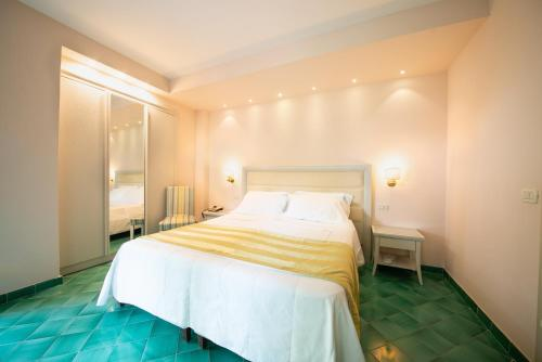 A bed or beds in a room at Hotel Continental Ischia