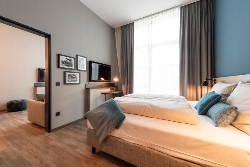 A bed or beds in a room at HARBR. hotel Heilbronn