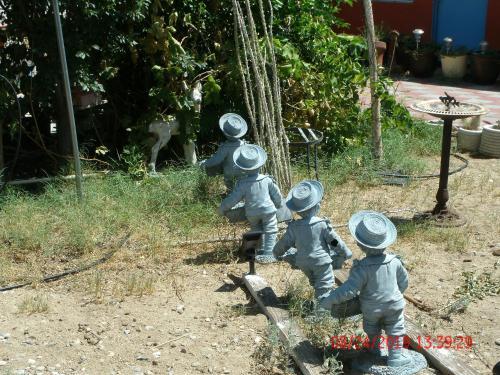 Children staying at Safari Motor Inn - Joshua Tree