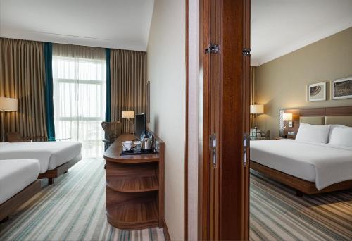 Postel nebo postele na pokoji v ubytování Hilton Garden Inn Dubai Al Mina - Jumeirah