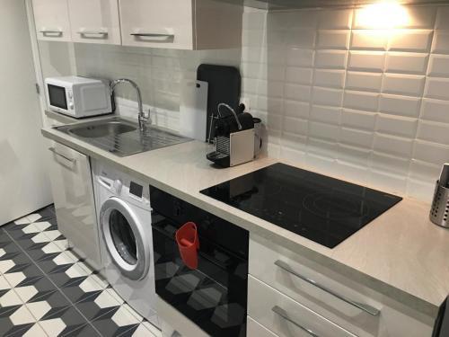 A kitchen or kitchenette at Magnifique petit loft proche de castellane