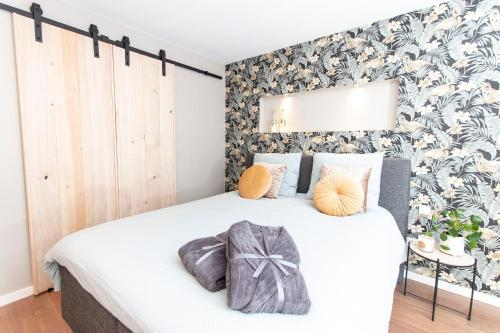 A bed or beds in a room at Eindhoven Inn