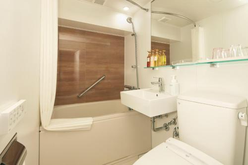 A bathroom at HOTEL MYSTAYS Yokohama