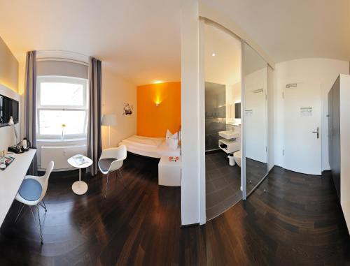 Een badkamer bij V8 HOTEL Classic Motorworld Region Stuttgart