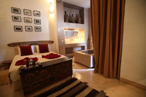 A bed or beds in a room at Riad De Vinci & SPA