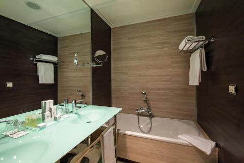 A bathroom at Hotel Diagonal Plaza
