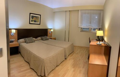 A bed or beds in a room at Hotel Castillo El Burgo