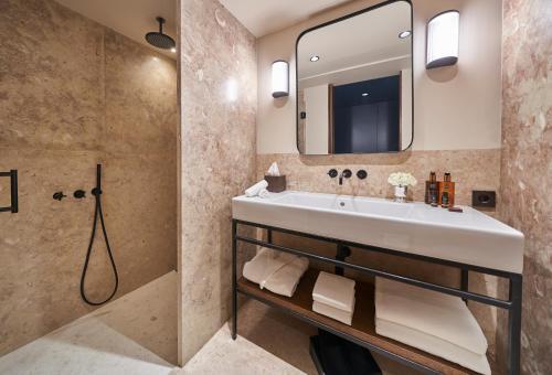 A bathroom at PortoBay Flores