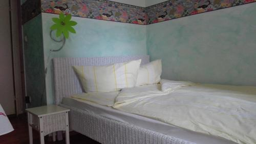 A bed or beds in a room at aCasa Bed & Breakfast