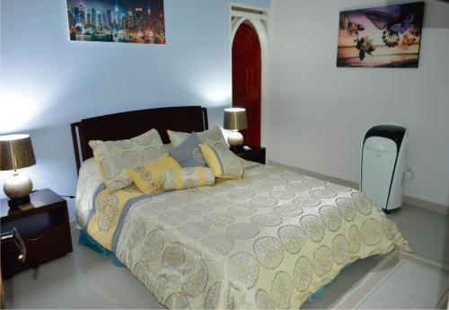 Кровать или кровати в номере The Clover Home