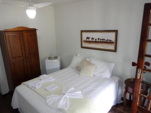 A bed or beds in a room at Hospedaria da Praça