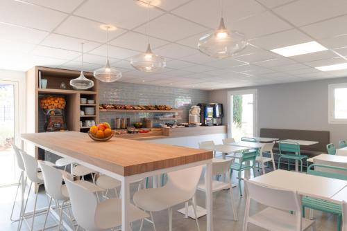 The lounge or bar area at Kyriad Montpellier Ouest St Jean de Védas - A709