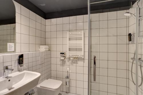 A bathroom at MEININGER Hotel Bruxelles Gare du Midi