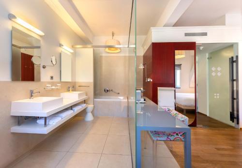 Een badkamer bij Kruisherenhotel Maastricht
