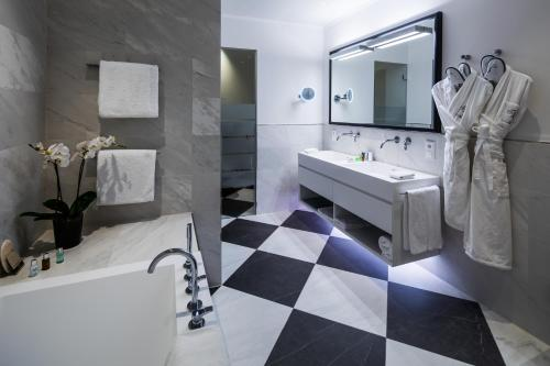 A bathroom at Hotel München Palace