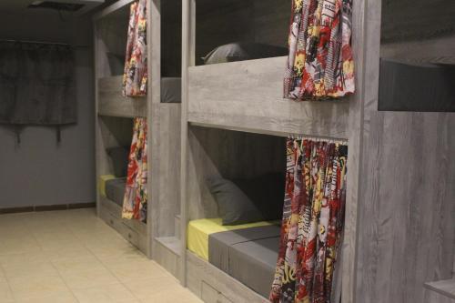 Двухъярусная кровать или двухъярусные кровати в номере Marina Square Hostel