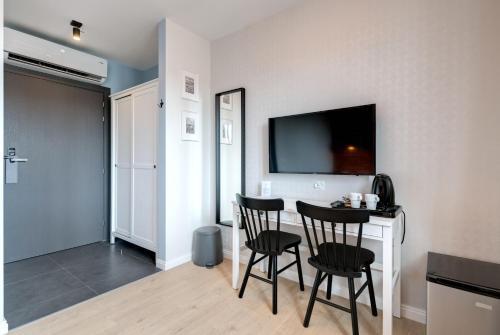 A television and/or entertainment centre at Apartamenty Bema4 Sopot