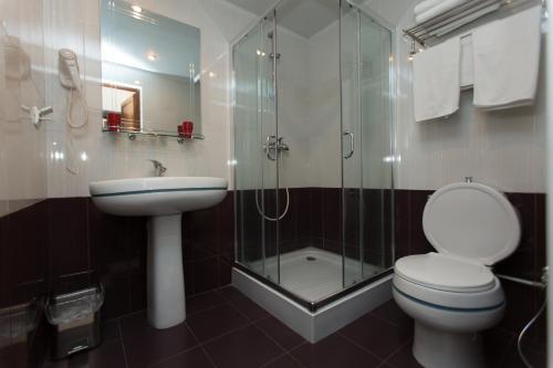 A bathroom at Shirak Hotel
