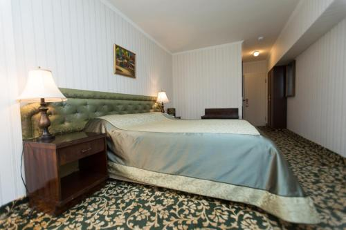 A bed or beds in a room at Shirak Hotel
