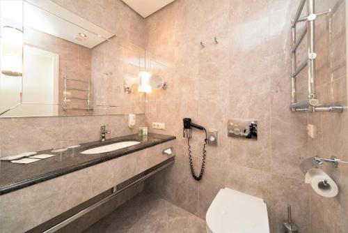A bathroom at Rixwell Gertrude Hotel