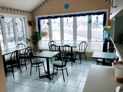 A restaurant or other place to eat at Motel Belle Riviere