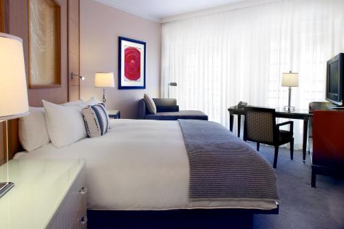 A bed or beds in a room at Hotel Sofitel Los Angeles at Beverly Hills