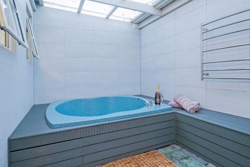 A bathroom at Silver Fern Rotorua - Accommodation & Spa