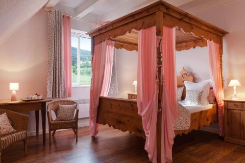 A bed or beds in a room at Le Verger des Châteaux, The Originals Relais (Inter-Hotel)